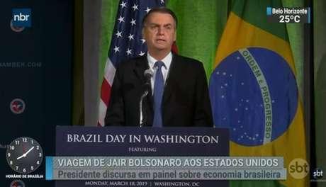 SBT decide repetir, por duas vezes, reportagem sobre viagem do presidente Jair Bolsonaro aos EUA durante programa Silvio Santos.