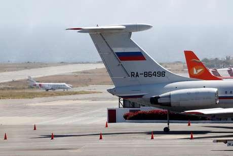Avião com bandeira russa no aeroporto internacional de Caracas 24/03/2019 REUTERS/Carlos Jasso