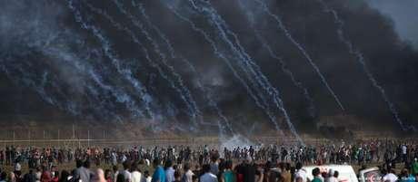 Chuva de gás lacrimogêneo em protesto palestino na fronteira com Israel em julho de 2018