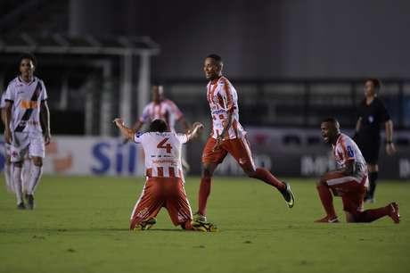 Jogadores do Bangu comemoram a vitória por 2 a 1 diante do Vasco, válida pela Taça Rio (Segundo Turno do Estadual do Rio de Janeiro), no Estádio São Januário