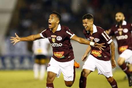 Diogo Mateus, da Ferroviária, comemora seu gol em partida contra a Corinthians, válida pelas quartas de final do Campeonato Paulista 2019, no Estádio Fonte Luminosa, em Araraquara
