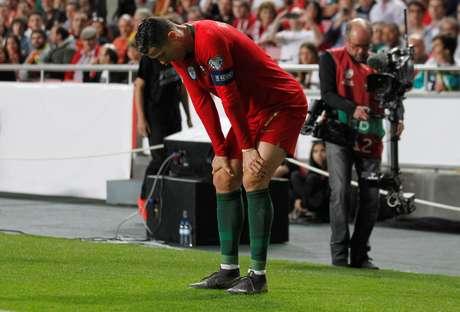 Cristiano Ronaldo deixa o campo após se lesionar em Portugal x Sérvia