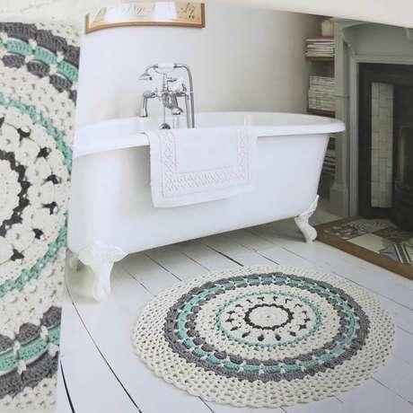 18. Decoração simples com tapete de crochê para banheiro com banheira – Foto: Fashion Bubbles