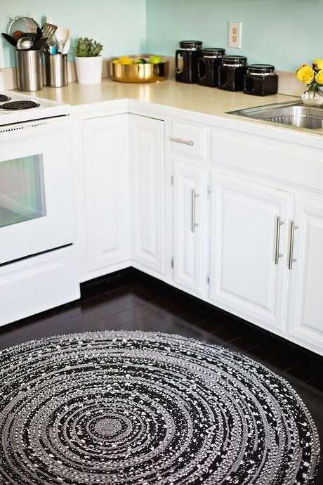 19. O tapete redondo de crochê também pode ser usado para decoração de cozinha – Foto: Home Deco