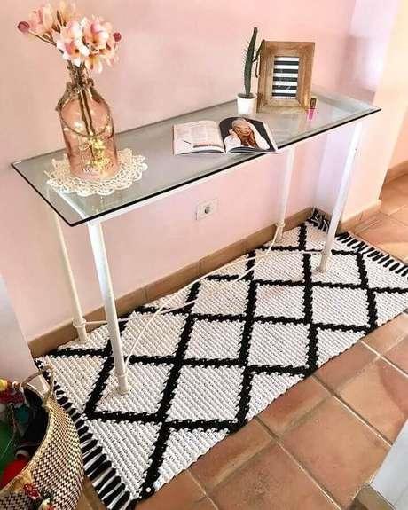 21. Passadeira de crochê preta e branca decorando embaixo de aparador simples – Foto: Patterns Hakeln