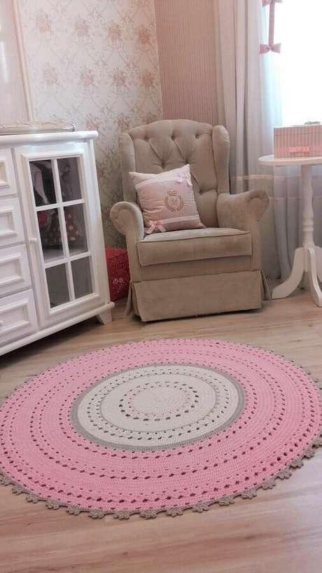 22. Decoração de quarto infantil com tapete redondo de crochê cinza e rosa – Foto: Pinterest