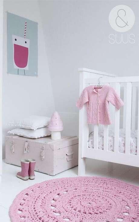 23. Decoração com tapete de crochê rosa para quarto de bebê feminino – Foto: Etsy
