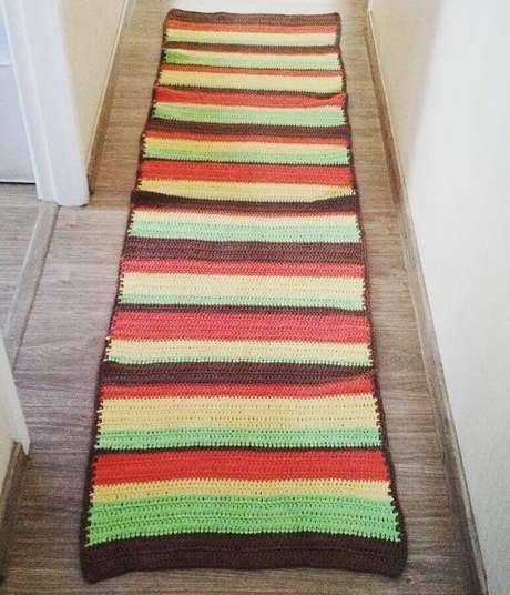 26. Modelo de passadeira de crochê simples com listras coloridas – Foto: Sarah Miranda