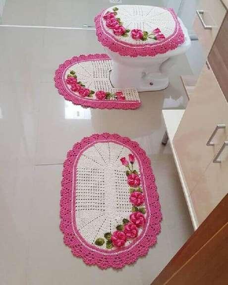 4. Decoração com tapete de crochê com flores para decoração de banheiro com estilo clean – Foto: Pinterest