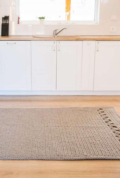 29. Decoração de cozinha planejada com tapete de crochê quadrado – Foto: Pinterest