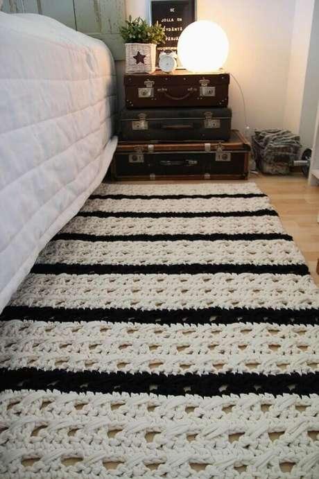 31. Decoração de quarto com passadeira de crochê com listras brancas e pretas – Foto: Wiring Diagram
