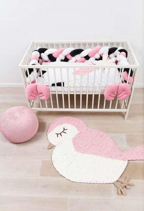 32. Invista em tapete de crochê com formatos diferentes e lúdicos para decoração de quarto de bebê – Foto: Pinterest