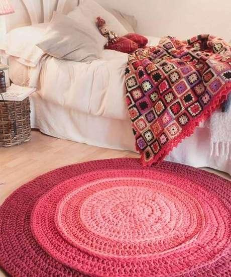 35. Decoração de quarto feminino com tapete de crochê redondo rosa – Foto: Kassy Armarinhos