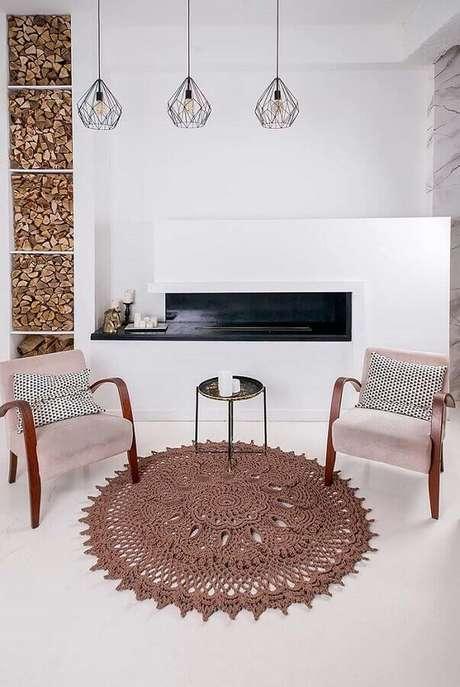 36.. Decoração clean com tapetes de crochê para sala com lareira e luminária pendente – Foto: Blog Palavra Feminina