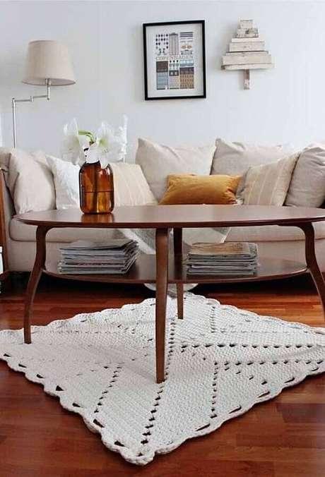 10. Decoração simples com tapete de crochê quadrado – Foto: Ideias Decor