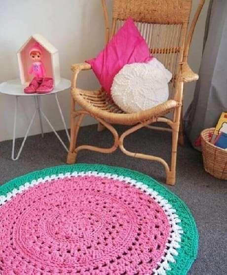 40.. Decoração infantil com tapete de crochê redondo em tons de rosa, branco e verde – Foto: Facilisimo