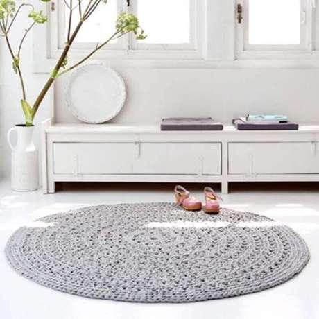 41. Decoração minimalista com tapete de crochê redondo cinza – Foto: Live Internet
