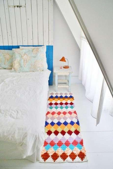 42. Decoração de quarto com passadeira de crochê colorida – Foto: Marília Fleury