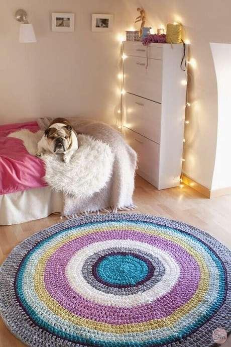 43. Decoração para quarto feminino com luzinhas de natal e tapete redondo de crochê com listras coloridas – Foto: Air Freshener