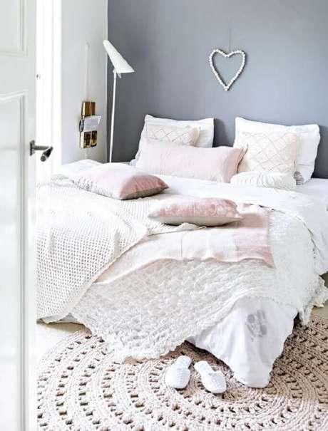 45. Decoração minimalista para quarto de casal com parede cinza e tapete de crochê simples redondo – Foto: Estilo Escandinavo