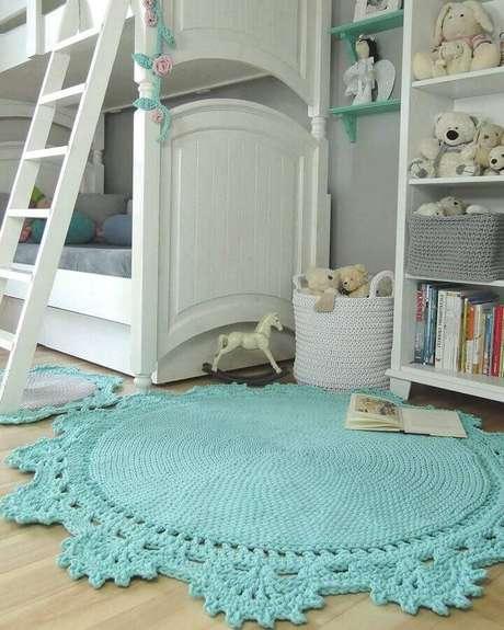 47. Decoração para quarto infantil com tapete de crochê redondo azul claro – Foto: Pinterest