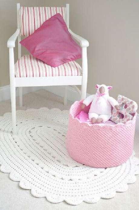 48. Decoração para quarto infantil com tapete de crochê oval branco – Foto: Mônica artesanatos