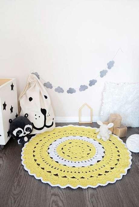 49. O tapete de crochê é uma excelente opção para delimitar espaço de brincadeiras no quarto infantil – Foto: Pinosy