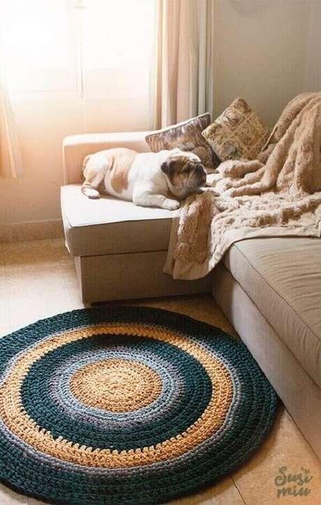 50. Decoração para sala de estar com sofá bege e tapete de crochê redondo listrado – Foto: Susi Miu