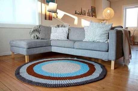 51.. Tapetes de crochê para sala de estar com sofá cinza e piso de madeira – Foto: 321Achei