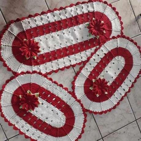 53. Modelo de jogo de tapete de crochê oval com detalhes em flores de crochê – Foto: Lurdinha Marcelino Artesã