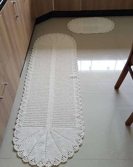 54. Decoração de cozinha planejada com tapete de crochê simples oval – Foto: Elaine Crochê