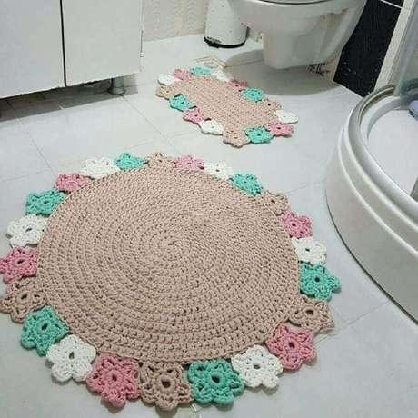 56. Decoração de banheiro com jogo de tapete de crochê com flores coloridas – Foto: Crochê Prático
