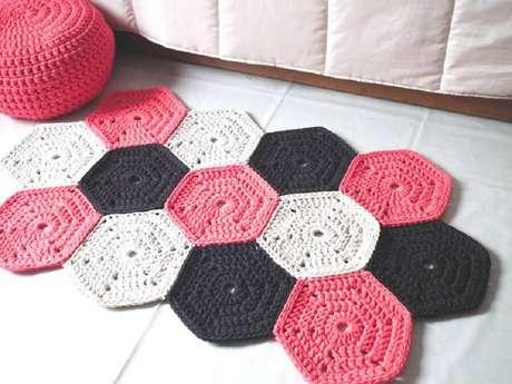 57. Modelo de tapete diferente de crochê rosa, preto e branco – Foto: Apartment Therapy Marketplace
