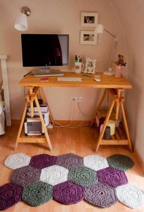58. Decoração de home office com modelo diferente de tapete de crochê colorido – Foto: Detalhes Mágicos