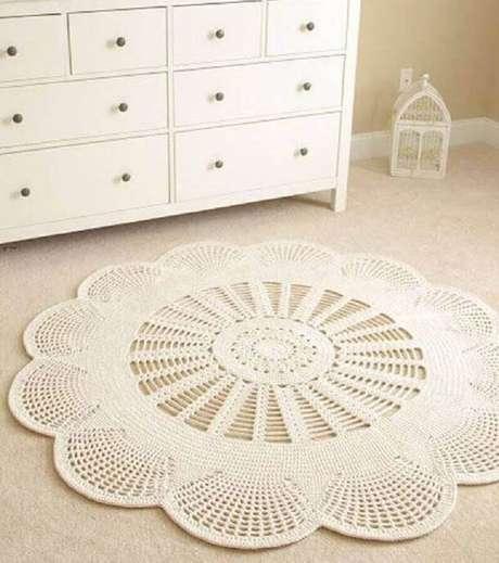 59. Quarto decorado com tapete de crochê em formato de flor – Foto: Pinterest