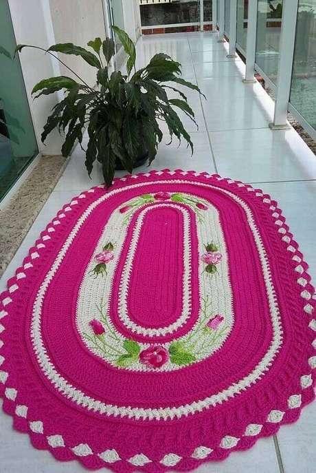 61. Varanda decorada com tapete de crochê oval com flores – Foto: Pínterest