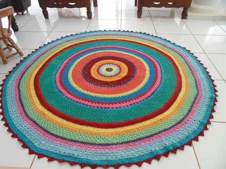 63. Modelo colorido de tapete de crochê redondo com listras – Foto: rtesanato Passo a Passo Já