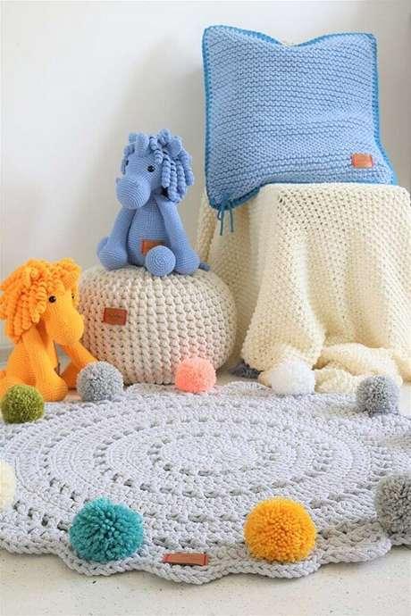 64. Decoração infantil com tapete redondo de crochê cinza com pompons coloridos – Foto: Neu dekoration stile