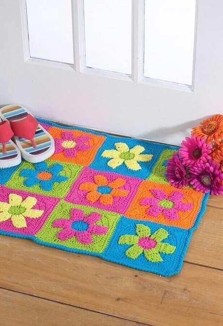 65. Modelo de tapete de crochê simples com flores coloridas – Foto: Pinosy