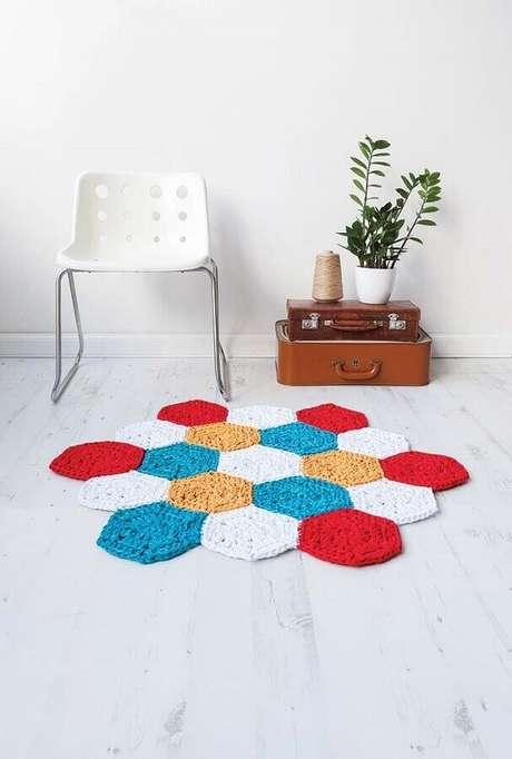 68. Alguns modelos de tapetes de crochê podem se tornar o grande destaque decorativo do ambiente – Foto: Pinosy