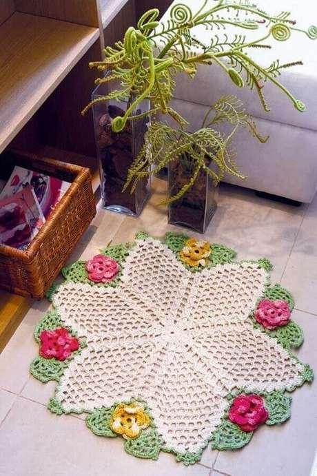 70. Tapete redondo de crochê com detalhes em flores coloridas – Foto: Casa e Festa