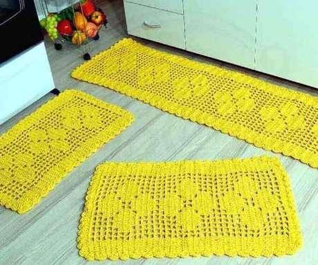 6. O jogo de tapete para cozinha geralmente vem com uma passadeira grande e mais um ou dois modelos de tapete de crochê menores – Foto: Como Fazer Artesanato