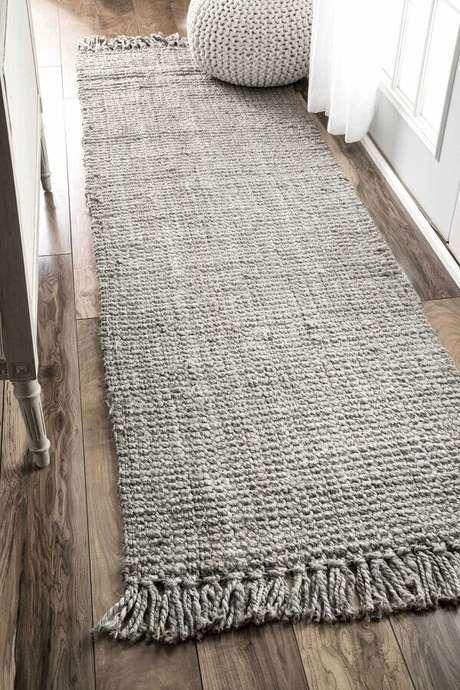 75. Além de aconchego, a passadeira de crochê também ajuda a dar mais profundidade em corredores – Foto: Type of Rugs