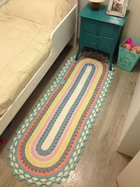 76. Quarto decorado com criado mudo verde e tapete de crochê oval com listras coloridas – Foto: Pinterest