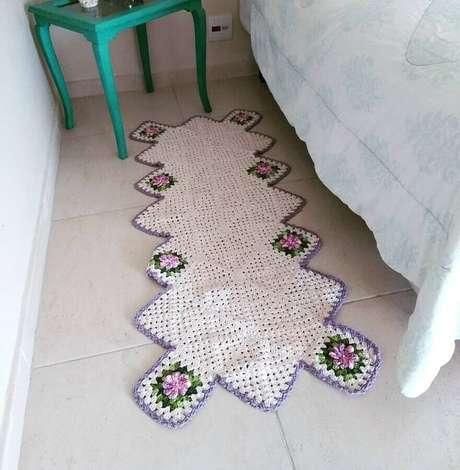 77. Decoração de quarto com passadeira de crochê com flores – Foto: Lólis Crochê