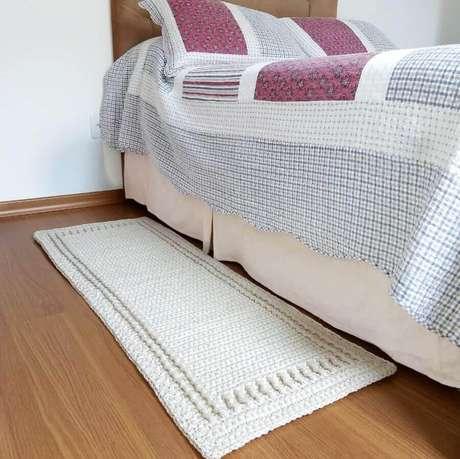 78. Decoração de quarto com passadeira de crochê simples – Foto: Dasi Ateliê