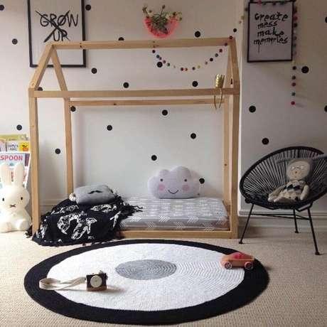 80. Decoração para quarto montessoriano com tapete de crochê redondo preto e branco – Foto: Little Rosie and Me