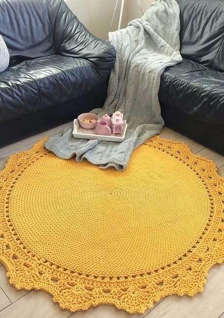 81. Sala simples decorada com tapete redondo de crochê amarelo – Foto: Pinterest