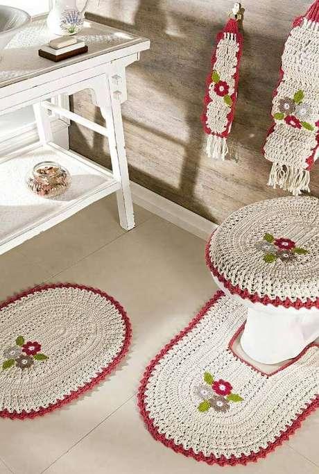 84. Tapete de crochê com flores para decoração de banheiro rústico – Foto: Pinterest