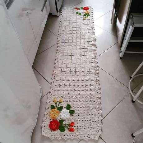 85. Decoração de cozinha com passadeira de crochê simples com flores – Foto: Mirele Morais Crochê